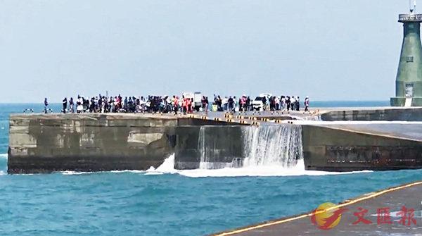 基隆港湧浪越堤  百餘釣客受困 (圖)