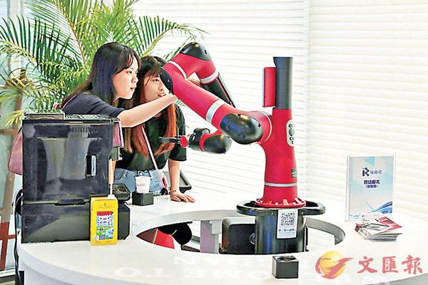 ■市民在體驗機械人咖啡師沖泡咖啡。香港文匯報記者熊君慧 攝