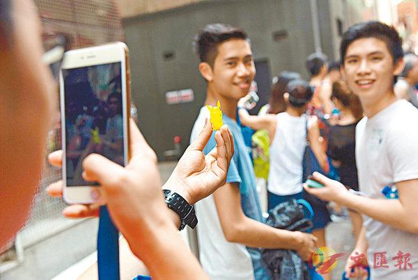 ■有調查發現香港青少年使用智能手機的情況普遍。圖為早前的《Pok�mmon Go》熱潮。 資料圖片