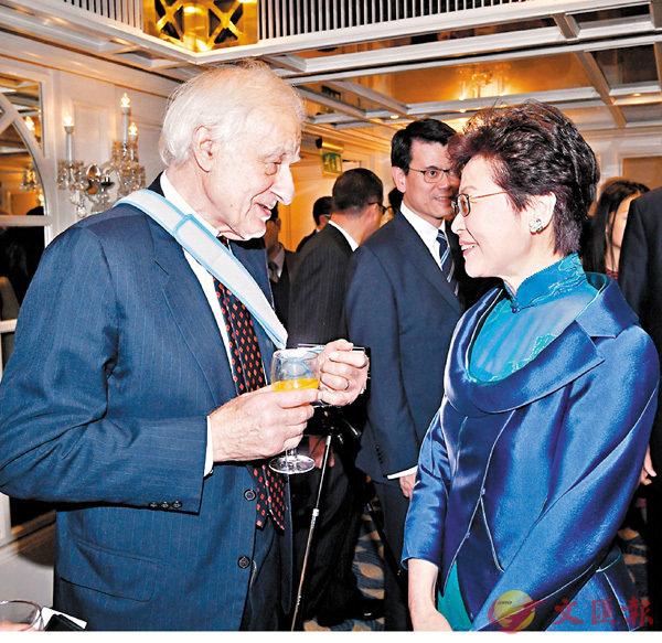 ■林鄭月娥在倫敦出席香港貿發局周年晚宴。圖為她與衛奕信(左)在晚宴前交流。