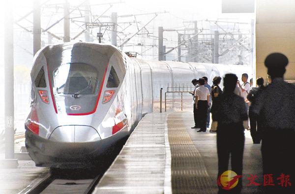 ■「復興號」動車組昨日在京滬高鐵實現350公里時速運營。新華社