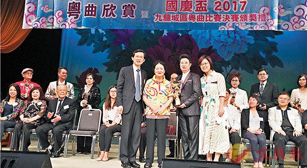 ■朱蓮芬(左二)頒發獎盃予比賽冠軍獲得者,詹美清(右一)與曹貴子(左一)陪同。