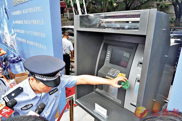 ■警方指疑犯以側錄方式盜取受害者銀行卡信息。香港文匯報記者敖敏輝 攝