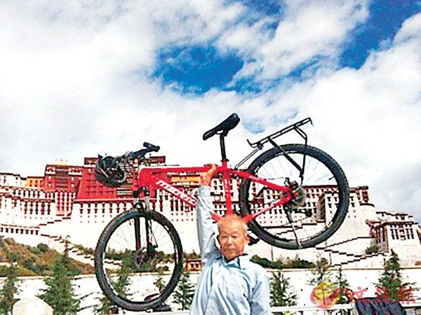 ■來自陝西西安的退休鐵路工人高東來騎單車33天成功進藏。 網上圖片