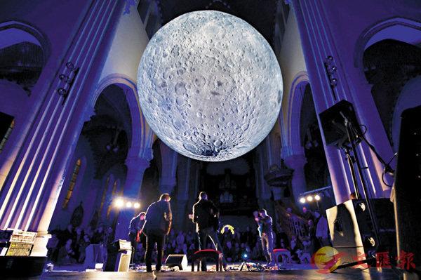 ■直徑達7米的巨型月亮裝置曾在荷蘭和英國等地巡迴展覽。 資料圖片