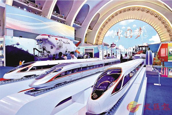 ■「復興號」高鐵模型亮相此次成就展。 中新社