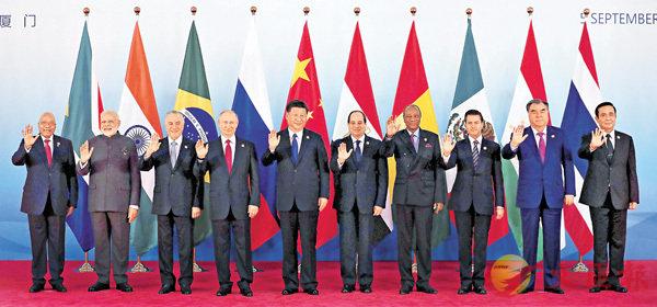 ■這次金磚峰會中,中國特意邀請了埃及、墨西哥、泰國、塔吉克斯坦和幾內亞這5個非金磚國家出席。圖為10國領導人合影。 資料圖片