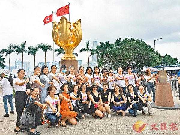 ■內地旅客在金紫荊廣場留影。香港文匯報記者 楊佩韻  攝