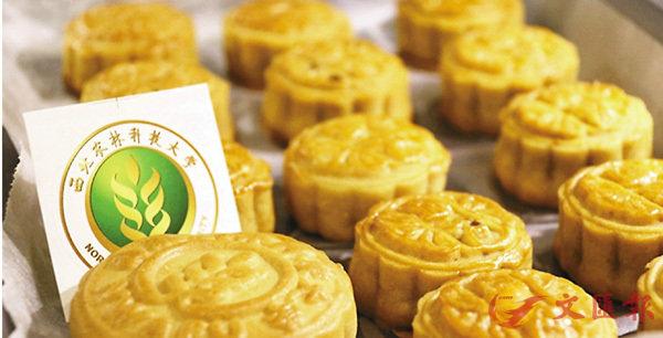 ■西北農林科技大學推出的校徽月餅。 香港文匯報陝西傳真