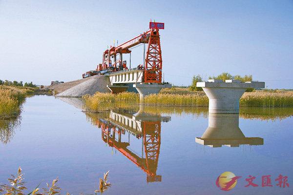 疆渭干塔里木河大桥铺架作业现场,单片长32.6米,重达150吨的T型梁