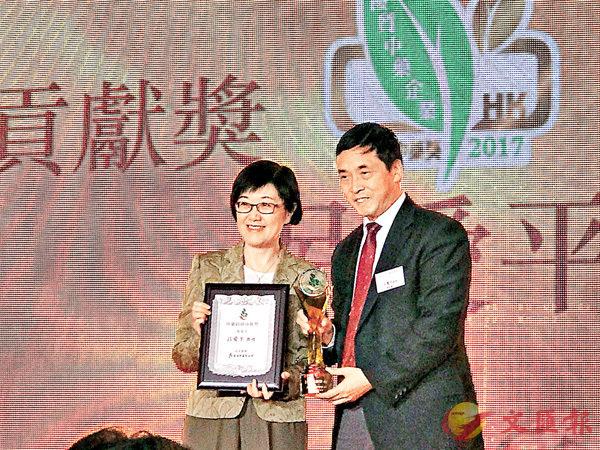 ■衛生署署長陳漢儀 (左) 頒發獎項予呂愛平。 浸大供圖