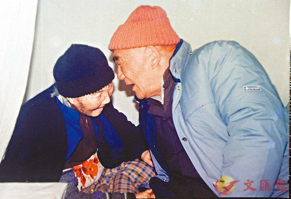 ■張體鑒(右)與91歲的岳母匡氏分隔四十年後重逢。