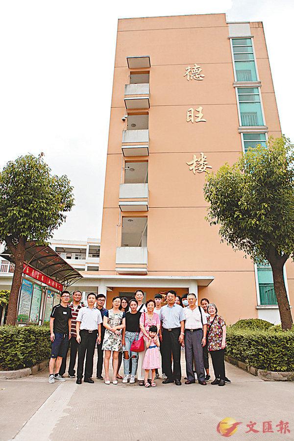 ■姚永炘的夫人率領她的兒孫一行13人來到泰州,參訪姚永炘所捐建的學校。