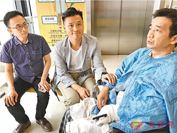 ■民建聯區議員鄭泳舜(中)昨日到醫院探望留醫的傷者。 受訪者供圖