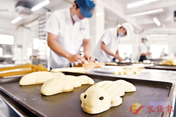 ■師傅在手工製作福州傳統月餅「鯉魚餅」。  網上圖片