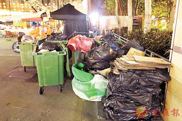 ■維園中秋晚會結束,垃圾堆滿一角。 香港文匯報記者殷翔 攝