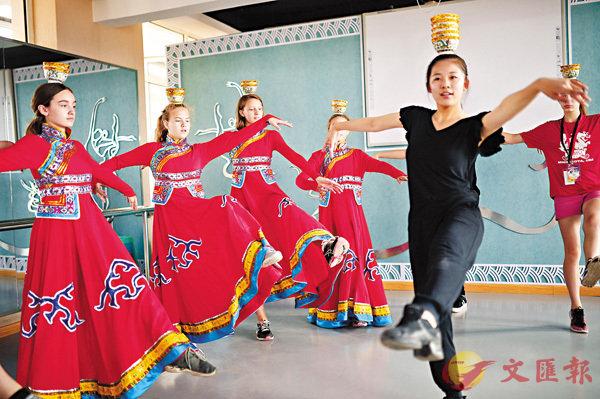 ■中國文化「走出去」的步伐不斷加快。圖為美國學生到內蒙古參加夏令營,學習蒙古族舞蹈。資料圖片