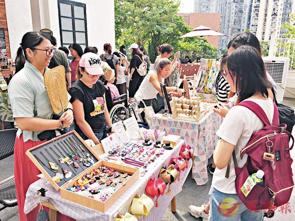 ■在中秋節期間,本港各區都紛紛舉行文藝市集。香港文匯報記者楊佩韻 攝
