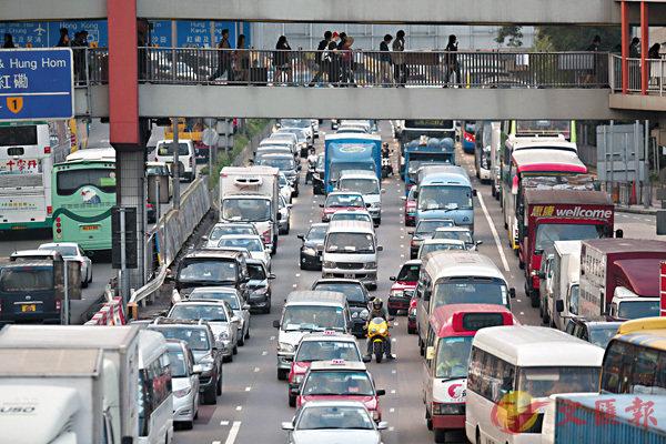 ■本港車輛增幅遠大於道路長度的增幅。圖為紅隧入口。 資料圖片
