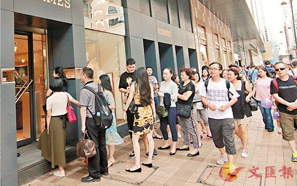 ■今年黃金周訪港旅客輕微增長,深度遊漸成大趨勢。 香港文匯報記者彭子文  攝