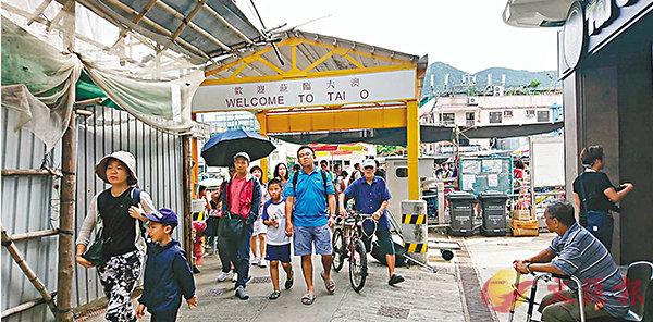 ■十一黃金周期間有大批旅客到大澳遊覽。 香港文匯報記者顏晉傑  攝