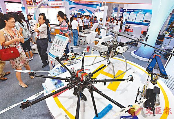 ■英國《金融時報》分析中國飛速發展的原因,其一是中國實施創新驅動發展戰略。圖為多款無人機在早前舉行的第14屆中國海峽項目交易會上亮相。 資料圖片
