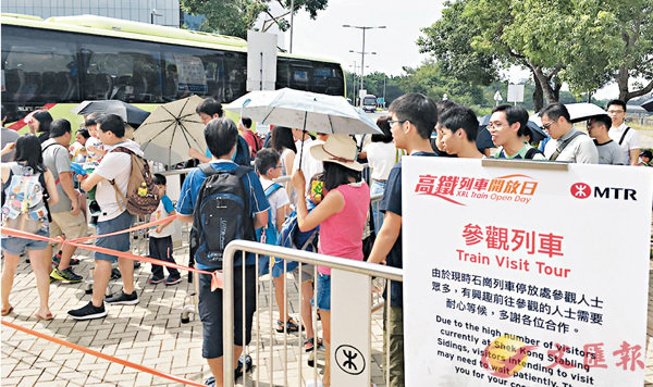 ■石崗列車停放處舉行高鐵列車開放日,不少市民把握機會入場率先試坐。 香港文匯報記者文森  攝