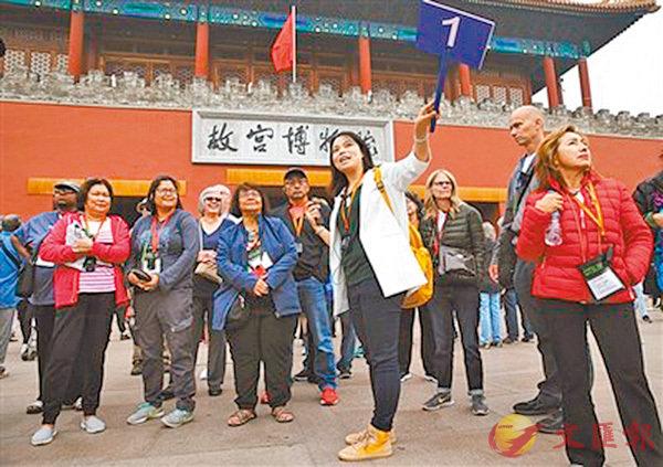 ■導遊彭雯正在故宮給外國遊客講解。 網上圖片