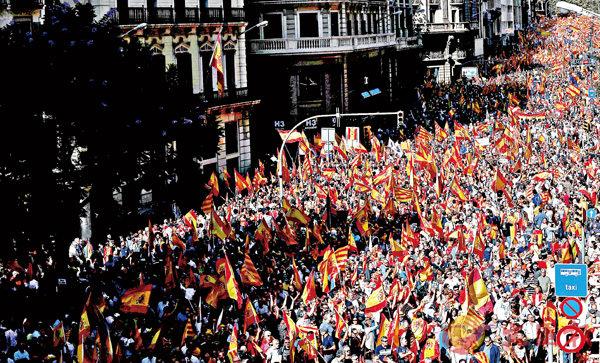 ■巴塞羅那有95萬人參加「反獨」示威。 路透社