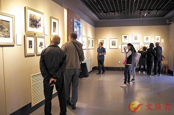 ■照片展吸引眾多觀者。盧冶 攝