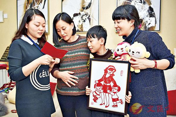 ■安徽合肥市社區工作人員將辦理好的《生育服務證》送到符合生育二孩條件的育齡夫婦手中。 資料圖片