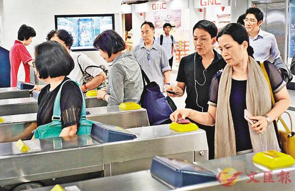 ■計劃涵蓋港鐵,每月使用八達通繳付交通費逾400元的市民可受惠。 香港文匯報記者梁祖彝 攝