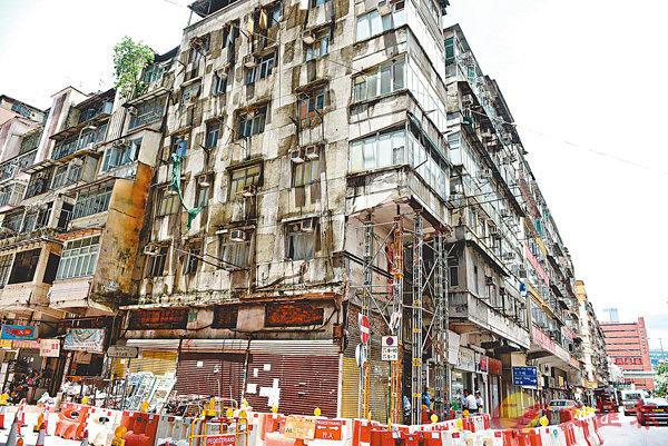 ■現時全港逾5,000幢住宅及商住樓宇亟需維修。圖為紅磡機利士南路日久失修的唐樓。資料圖片