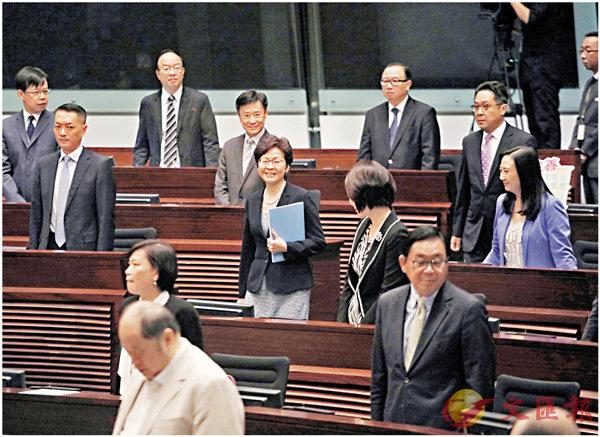 �林鄭月娥昨日出席立法會施政報告答問會,當她步入議事廳時,議員起立致意。香港文匯報記者劉國權  攝