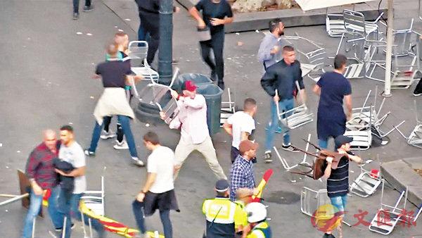 ■巴塞有示威者用椅子襲擊他人。 路透社