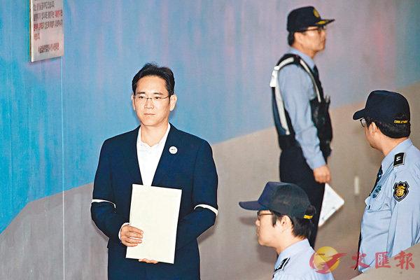 ■李在鎔(左)昨日出庭。 彭博社