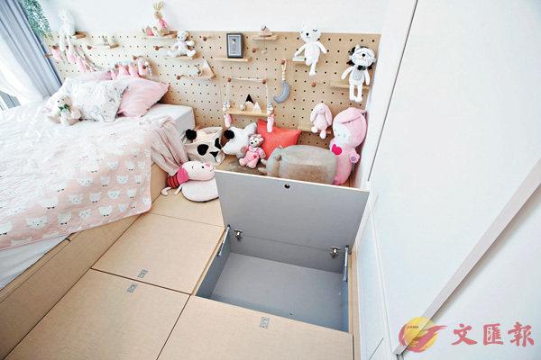 ■小朋友房間走粉色系,兩張睡床設置於一個大地台上,方便小朋友日後長大時可以擺放雜物。
