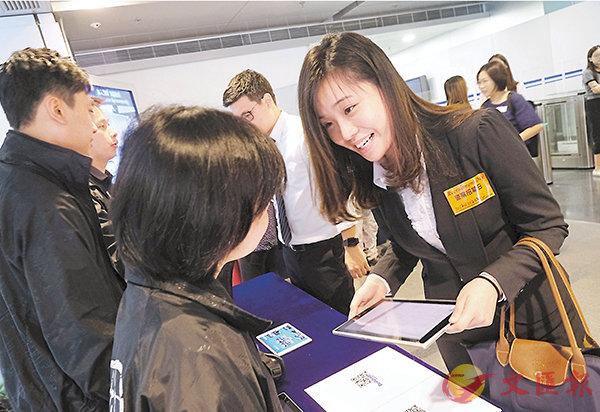 ■警隊昨日舉辦秋季「警察招募日」,有大學準畢業生前來申請。 香港文匯報記者梁祖彝 攝