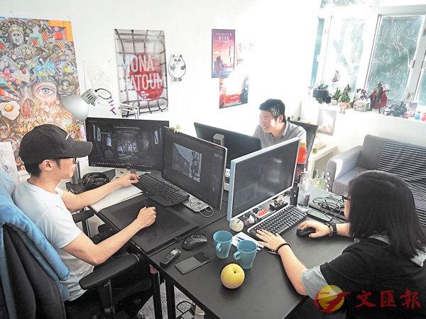 ■其中三位成員平時便在一百呎的工作室「奮鬥」。 朱慧恩 攝