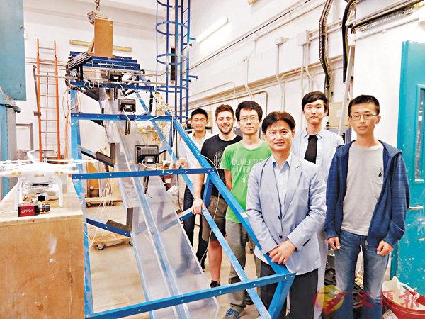 ■吳宏偉致力研究泥石流流動機理。圖為去年他與研究團隊成員合照。資料圖片