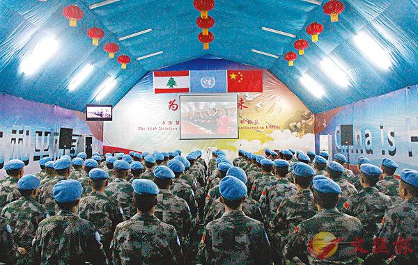 ■黎巴嫩南部提爾市辛尼亞村的中國第16批赴黎維和多功能工兵分隊營區內,維和官兵觀看十九大開幕式。 新華社