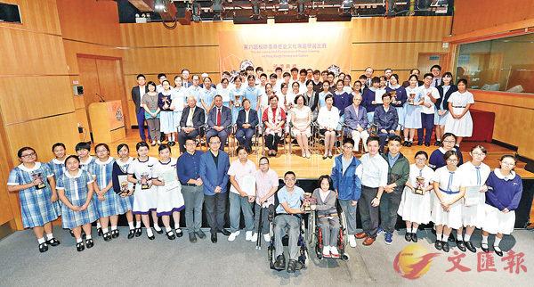 ■「第六屆校際香港歷史文化專題研習比賽」頒獎典禮上,全體得獎同學與嘉賓和評審合影。 大會供圖