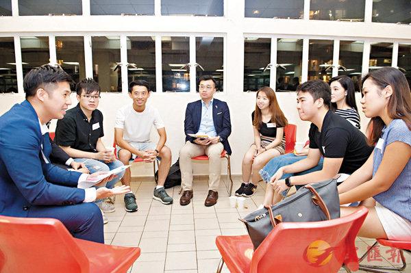 ■香港青年總裁協會「師友同行計劃」,導師及學員進行小組交流。 協會供圖