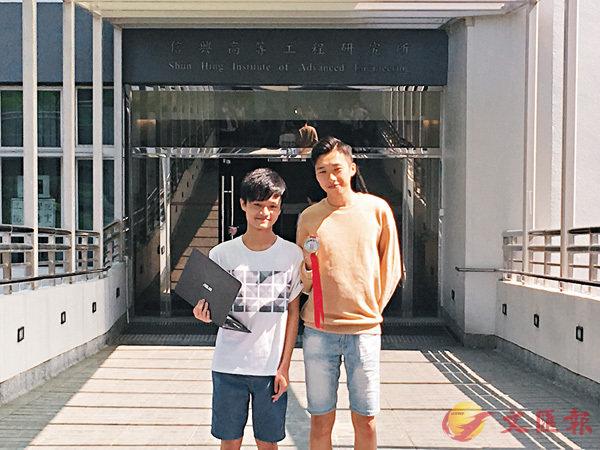 ■黃梓駿(左)、黃亦駿(右)於「國際大都會奧林匹克」比賽中各奪一枚銀牌。 香港文匯報記者柴婧  攝