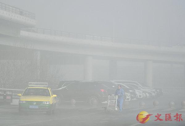 ■新疆烏魯木齊市城北區域昨日出現大霧天氣,部分區域能見度曾低至百米以內,樓宇與樹木隱沒在濃重的霧氣之中。由於能見度較低,道路上車輛行駛緩慢,並造成多起刮擦事故。 中新社