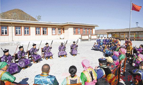 ■昨日,內蒙古扎魯特旗烏力格爾藝術團在圖布信嘎查表演烏力格爾,以蒙古語曲藝形式宣傳黨的十九大精神。   新華社