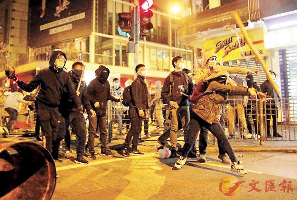 ■「旺暴」當晚有人向警員掟磚,亦有人掟竹枝。 資料圖片