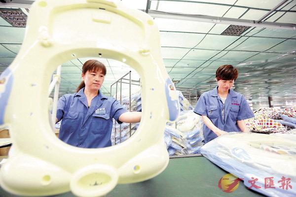 ■中國將在2019年實施地區生產總值統一核算改革。圖為河北省阜城縣一家童車生產企業的員工在組裝童車。 資料圖片