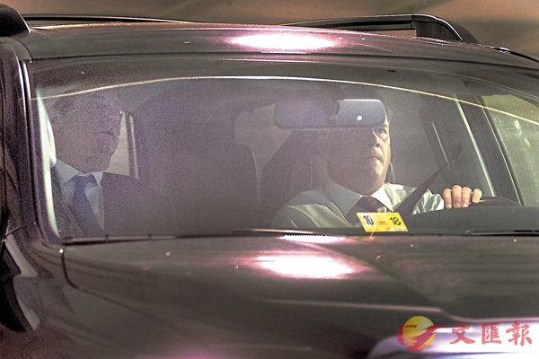 ■特朗普前競選經理馬納福特(左)坐車外出,遭大批傳媒追訪。 美聯社