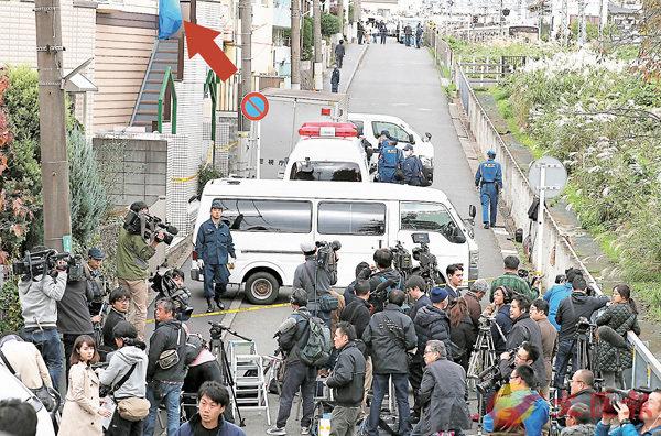 ■兇徒住所蓋上藍布(箭嘴示),當局派員搜證,大批記者到場採訪。 路透社